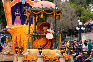 『リメンバー・ミー』が初のパレードに:ディズニーランド新パレード「Magic Happens」ユニット3