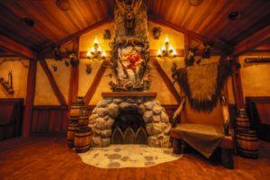 『美女と野獣』ガストンの酒場がレストランに「ラ・タベルヌ・ド・ガストン」内観・メニュー