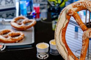 巨大プレッツェルは450g アベンジャーズ・キャンパス「ピム・テスト・キッチン」メニュー
